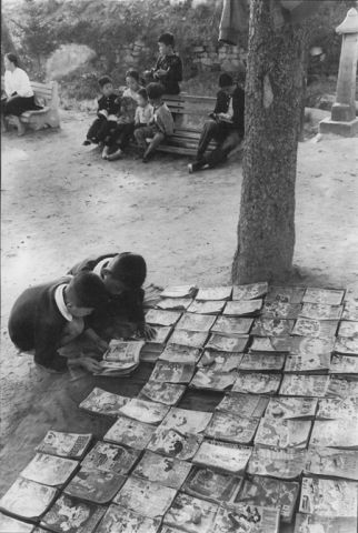 Children reading manhwa, photographed by 한영수 in 1960.jpg