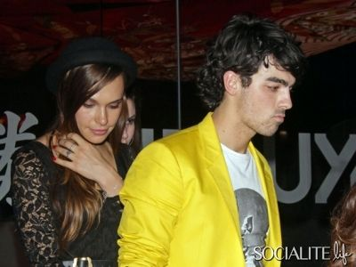 jonas-brothers-joe-girlfriend-12022012-lead01-400x300.jpg