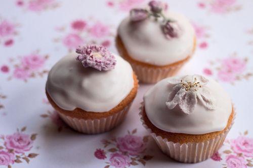 Cupcakes-with-crystallised-flowers-Floweorna.jpg