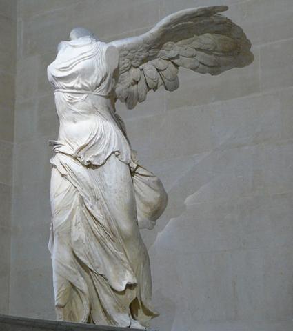 800px-Victoire_de_Samothrace_-_vue_de_trois-quart_gauche,_gros_plan_de_la_statue_(2).jpg