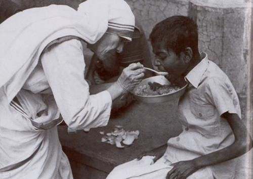 mother-teresa-feeding1.jpg