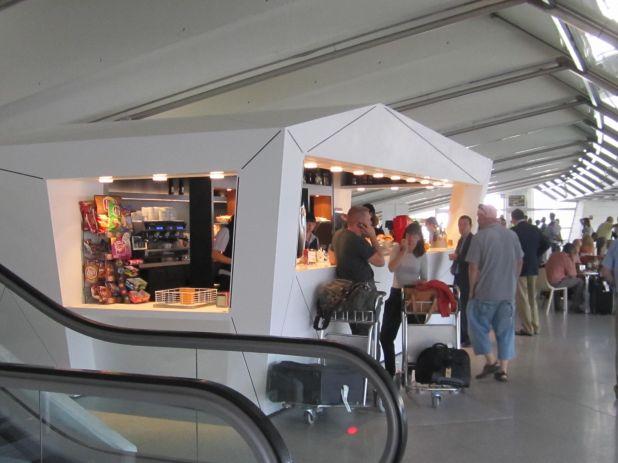 Cafeteria en la zona de llegadas del Aeropuerto de Bilbao