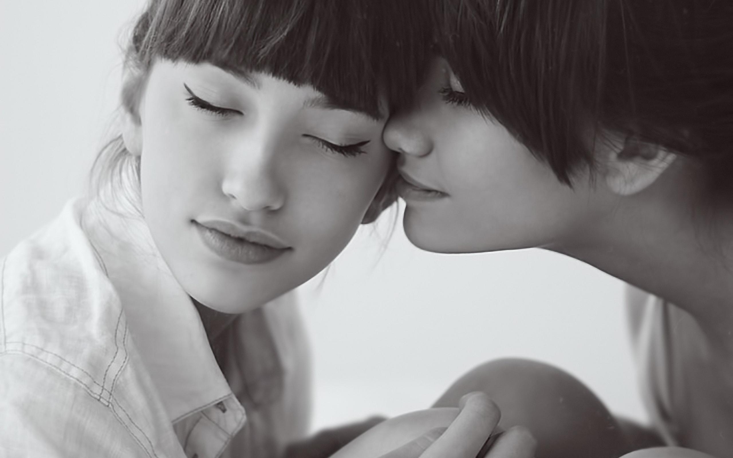 Поцелуи двух девушек фото 7 фотография