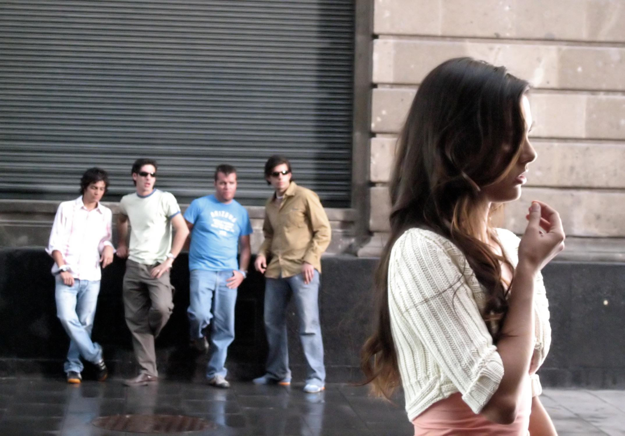 Толпа мужчин и девушка 7 фотография