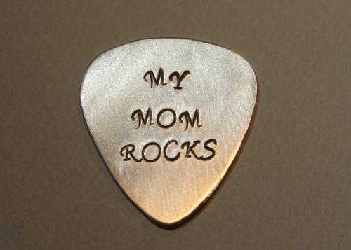 guitar_pick_mom_rocks_in_aluminum_5d5a1123.png