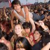 Thumbnail of a photo from user MobileHaps called crowdsurf3.jpg